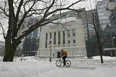 <p>A cyclist passes the Bank of Canada building through a snow covered sidewalk in Ottawa January 17, 2012. REUTERS/Chris Wattie</p>