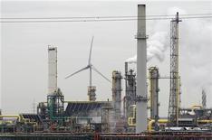 НПЗ в порту Антверпена 9 января 2012 года. Нефть сорта Brent в четверг превысила $111 за баррель благодаря неожиданному снижению запасов в США и надеждам на восстановление спроса, так как Международный валютный фонд решил увеличить свои антикризисные ресурсы, чтобы помогать странам, пострадавшим от кризиса в Европе. REUTERS/Francois Lenoir