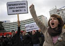 Акции протеста в центре Софии против использования технологии фрекинга при разведке сланцевого газа, 14 января 2012 г. Правительство Болгарии запретило разведку сланцевого газа путем фрекинга из опасений за экологию после многочисленных протестов против использования этой технологии.REUTERS/Stringer .
