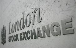 Логотип Лондонской фондовой биржи. Фотография сделана 7 марта 2005 года. GDR золотодобывающей компании Nord Gold начали в четверг обращаться на LSE с цены в $7,5 за бумагу. REUTERS/Toby Melville