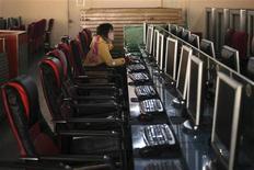 Женщина за компьютером в интернет-кафе в Шанхай 13 января 2010 года. Производитель антивирусного программного обеспечения McAfee предупредил, что недостаток одного из его продуктов может сделать компьютеры пользователей уязвимыми для спам-атак хакеров. REUTERS/Nir Elias