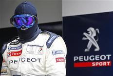 """Механик Peugeot 908 в боксах во время гонки """"24 часа Ле-Мана"""" 12 июня 2011 года. Неоднократный победитель гонки """"24 часа Ле-Мана"""" Peugeot в этом году не примет участия в легендарном соревновании на выносливость и чемпионате автомарафонов, проводимом под эгидой Международной федерации автоспорта (FIA), по финансовым причинам. REUTERS/Stephane Mahe"""