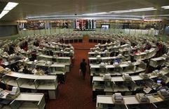Трейдер идет по залу Гонконгской фондовой биржи, 15 декабря 2011 г. Фондовые рынки Азии выросли до максимума двух месяцев в четверг вслед за подъемом сырьевых цен и евро благодаря надежде инвесторов на более активное участие МВФ в борьбе с долговым кризисом еврозоны. REUTERS/Siu Chiu