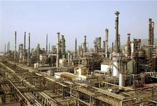 НПЗ Bharat Petroleum Corporation Ltd в Бомбее. Фотография сделана 24 апреля 2008 года. Цены на Brent превысили $111 за баррель, так как инвесторы надеются, что долговые проблемы еврозоны начинают постепенно решаться. REUTERS/Punit Paranjpe