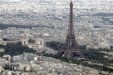 """Вид с воздуха на Эйфелеву башню в Париже 14 июля 2011 года. Ставки доходности снизились при высоком спросе по итогам первого аукциона облигаций Франции после решения агентства S&P лишить ее высшего кредитного рейтинга """"ААА"""". REUTERS/Charles Platiau"""