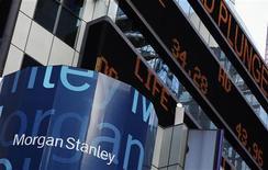 Офис Morgan Stanley в Нью-Йорке. Фотография сделана 18 января 2012 года. Американский Morgan Stanley понес убытки в четвертом квартале прошлого года из-за специальных сборов, но итог все равно превзошел ожидания аналитиков. REUTERS/Shannon Stapleton