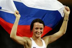 Елена Слесаренко после победы на Олимпийских играх в Афинах 28 августа 2004 года. Олимпийская чемпионка в прыжках высоту Елена Слесаренко не будет выступать на Олимпийских играх в Лондоне летом этого года из-за беременности. REUTERS/Wolfgang Rattay