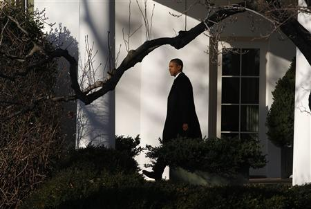 President Barack Obama walks out of the Oval Office towards Marine One at the White House in Washington before his trip to Florida and New York, January 19, 2012.      REUTERS/Larry Downing