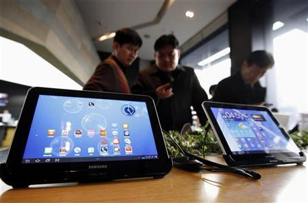 Customers look at Samsung Electronics' Galaxy Tab tablet computers at a store in Seoul January 17, 2012. REUTERS/Kim Hong-Ji