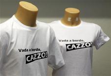 """<p>Le tee-shirt """"Vada a bordo, cazzo!"""" (""""Remontez à bord, bordel!""""), qui reprend l'injonction lancée en plein naufrage par un responsable de la capitainerie de Livourne au capitaine du Costa Concordia, se vend comme des petits pains en Italie, et ailleurs. /Photo prise le 20 janvier 2012/REUTERS/Alessandro Garofalo</p>"""