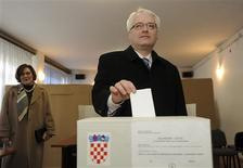 Croatia's President Ivo Josipovic casts his ballot during a referendum on joining the European Union in Zagreb, January 22, 2012. REUTERS/Davor Kovacevic