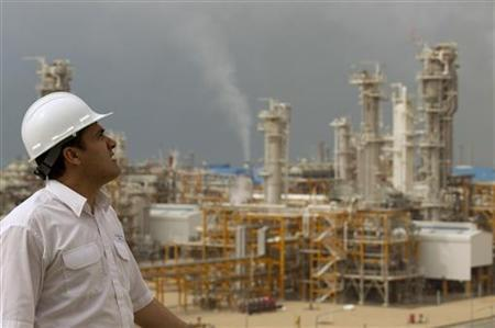 An engineer looks at the Phase 4 and Phase 5 gas refineries in Assalouyeh, south of Tehran, January 27, 2011.  REUTERS/Caren Firouz