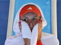 Датчанка Каролин Возняцки в перерыве матча против бельгийки Ким Клийстерс на Australian Open в Мельбурне 24 января 2012 года. Датчанка Каролин Возняцки уступила бельгийке Ким Клийстерс в четвертьфинале Открытого чемпионата Австралии по теннису и теперь потеряет первое место в рейтинге сильнейших теннисисток планеты, который будет обновлен на следующей неделе. REUTERS/Toby Melville