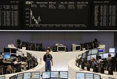 Трейдеры на торгах фондовой биржи во Франкфурте-на-Майне 20 января 2012 года. Европейские рынки акций открылись снижением во вторник, отступив с шестимесячного максимума, достигнутого на предыдущей сессии, так как застопорившиеся долговые переговоры Греции оживили опасения о неконтролируемом дефолте, а результаты Siemens заставили волноваться о прибылях компаний. REUTERS/Remote/Sonya Schoenberger