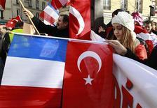 Демонстранты протестуют возле здания Сената в Париже против закона, запрещающего отрицать геноцид армян, 23 января 2012 года. Франция призвала Турцию не слишком резко реагировать на закон, запрещающий отрицать признание геноцидом массовых убийств армян в Османской империи почти сто лет назад. REUTERS/Pascal Rossignol