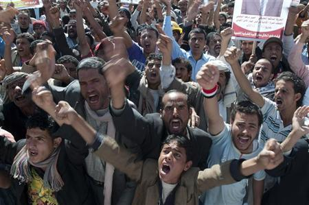 Anti-government protesters shout slogans during a rally against the immunity of  Yemen's outgoing President Ali Abdullah Saleh in Sanaa January 23, 2012.REUTERS/Mohamed al-Sayaghi