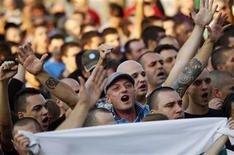 Демонстранты выкрикивают лозунги на акции протеста в Пловдиве 2 октября 2011 года на волне уличных выступлений в Болгарии, вызванных гибелью подростка под колесами машины одного из лидеров цыганской общины. Болгарский суд приговорил к 3,5 годам тюрьмы за угрозы убийством главу цыганского клана Кирила Рашкова, чей конфликт с односельчанами спровоцировал крупнейшие антицыганские выступления по всей балканской стране. REUTERS/Stoyan Nenov