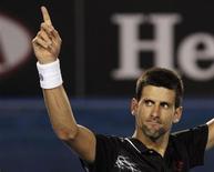 Novak Djokovic, da Sérvia, comemora a vitória sobre Lleyton Hewitt, da Austrália, no Torneio de Tênis Aberto da Austrália, em Melbourne. 23/01/2012 REUTERS/Darren Whiteside