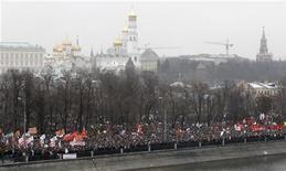 Митинг за честные выборы на Болотной площади в Москве 10 декабря 2011 года. Организаторы многотысячных протестов в Москве решили настаивать на шествии в центре Москвы за месяц до выборов и пообещали трибуну и поддержку кандидатам в президенты, согласным на скорые перевыборы по новым правилам. REUTERS/Sergei Karpukhin