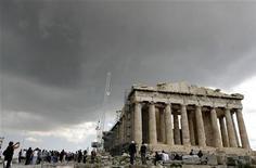 """Туристы возле афинского Акрополя 26 марта 2007 года. Рейтинг Греции, скорее всего, будет понижен до """"выборочного дефолта"""", сообщил управляющий директор рейтингового агентства Standard & Poor's Джон Чэмберс. REUTERS/Stringer"""