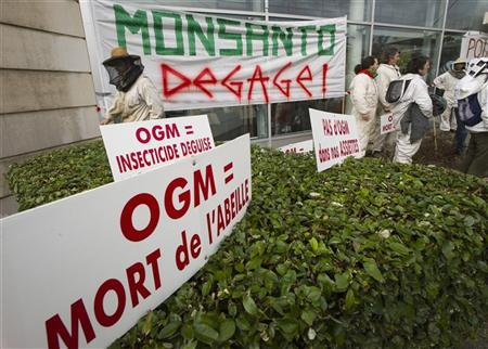 French beekeepers demonstrate to protest the use of genetically-modified organisms in front of French Monsanto headquarters in Bron, near Lyon, January 20, 2012. REUTERS/Robert Pratta