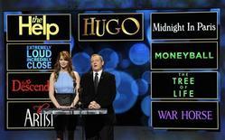 Atriz Jennifer Lawrence e presidente da Academia de Artes e Ciências Cinematográficas, Tom Sherak, anunciam os indicados ao Oscar de melhor filme de 2012 em Beverly Hills, Califórnia. 24/01/2012 REUTERS/Phil McCarten