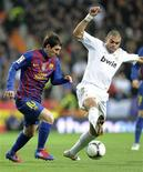 Pepe, do Real Madrid, e Lionel Messi, do Barcelona, durante jogo da Copa do Rei em Madri. 18/01/2012 REUTERS/Felix Ordonez