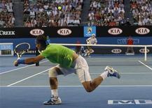 Rafael Nadal, da Espanha, devolve bola contra tcheco Tomas Berdych nas quartas de final do Aberto da Austrália, em Melbourne. 24/01/2012 REUTERS/Vivek Prakash