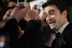 Daniel Radcliffe cumprimenta fãs em Londres. Ator diz que é hora de esquecer Harry Potter, 24 de Janeiro de 2012. REUTERS/Finbarr O'Reilly