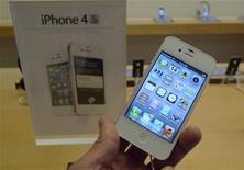 Белый iPhone 4S в магазине Apple Store в Виргинии 14 октября 2011 года. Результаты Apple Inc в первом квартале финансового года оставили далеко позади прогнозы аналитиков Уолл- стрит благодаря почти рекордному числу проданных телефонов iPhone и планшетов iPad, сообщила компания. REUTERS/Jason Reed