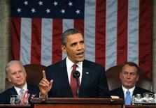 """резидент США Барак Обама выступает с речью в Конгрессе в Вашингтоне 24 января 2012 года. Президент США Барак Обама использовал свое последнее перед ноябрьскими выборами обращение к Конгрессу, чтобы изобразить себя в роли защитника интересов среднего класса, потребовав повысить налоги для миллионеров и """"затянуть гайки"""" Уолл-стрит. REUTERS/Saul Loeb/Pool"""