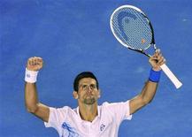 Novak Djokovic, da Sérvia, comemora após derrotar o espanhol David Ferrer durante as quartas de final do Aberto da Austrália, em Melbourne. 25/01/2012 REUTERS/Toby Melville