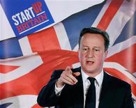 Премьер-министр Великобритании Дэвид Кэмерон выступает в New Zealand House в Лондоне, 19 января 2012 г. Вливание дополнительных средств в Международный валютный фонд не стоит обсуждать, пока власти еврозоны не примут решительные антикризисные меры, сказал в среду премьер-министр Великобритании Дэвид Кэмерон. REUTERS/POOL New