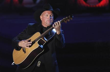 Singer Garth Brooks performs after being honored during the Songwriters Hall of Fame awards in New York June 16, 2011.  REUTERS/Lucas Jackson
