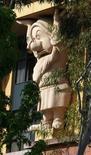 """<p>Una estatua del personaje de Disney """"Gruñón"""" de """"Blancanieves y los siete enanitos"""" en el edificio de Disney de Walt Disney Co. en Burbank, 5 mayo, 2009. Seis de los siete enanitos de Blanca Nieves la tienen, junto con el mago Merlín y el genio de Aladín, y ahora los trabajadores de Disneyland y de Walt Disney World también pueden lucir... la barba.</p>"""