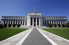 Здание ФРС США в Вашингтоне. Фотография сделана 29 июня 2011 года. Федеральный резерв США в среду пообещал удерживать ключевую ставку на рекордно низком уровне как минимум до конца 2014 года, чтобы поддержать вялое восстановление экономики. REUTERS/Jim Bourg