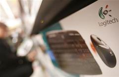 Набор из компьютерной клавиатуры и мыши Logitech на полке магазина в Люцерне 10 января 2008 года. Logitech, крупнейший в мире производитель компьютерных мышей, снизил прогноз годовой прибыли в третий раз подряд после разочаровавших аналитиков квартальных результатов. REUTERS/Michael Buholzer