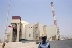 Охранник на фоне атомного реактора в Бушере 21 августа 2010 года. Маловероятно, что Иран в этом году перейдет к строительству ядерного оружия, так как он не располагает производственными мощностями для создания достаточного количества урана нужной степени обогащения, говорится в вышедшем в среду предварительном докладе Института науки и международной безопасности (ISIS). REUTERS/Raheb Homavandi