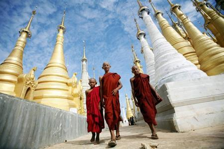 Buddhist monks walk through the Shwe Indein Pagoda near Inle lake in this November 4, 2009 file photo. REUTERS/Soe Zeya Tun/Files
