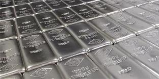 Слитки серебра на заводе в Вене, 26 августа 2011 г. Компания Полиметалл, крупнейший в РФ производитель серебра, не ведет переговоров о слиянии с крупнейшим в РФ производителем золота Полюс Золото, сообщил Полиметалл в четверг. REUTERS/Lisi Niesner