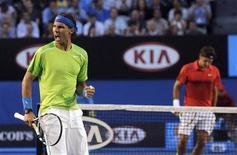 Rafael Nadal, da Espanha, comemora o ponto da vitória contra Roger Federer, da Suíça, durante a semi-final do torneio de tênis do Aberto da Austrália, em Melbourne. 26/01/2012  REUTERS/Joe Castro/Pool