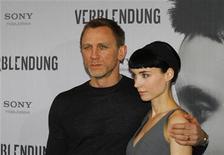 """Membros do elenco Daniel Craig (esquerda) e Rooney Mara se apresentam durante a apresentação para a imprensa de seu filme """"Os Homens que Não Amavam as Mulheres"""" em Berlin, 5 de Janeiro de 2012. REUTERS/Pawel Kopczynski"""