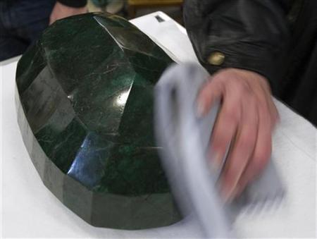 1月26日、カナダの競売会社ウェスタンスター・オークションズで、世界最大のエメラルドが披露された(2012年 ロイター/Andy Clark)