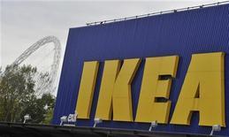 Логотип компании IKEA на здании магазина в Лондоне, 15 октября 2010 г. Шведский ритейлер IKEA не планирует строить новые торговые центры в регионах РФ и в ближайшие несколько лет сосредоточится на московском регионе. REUTERS/Toby Melville