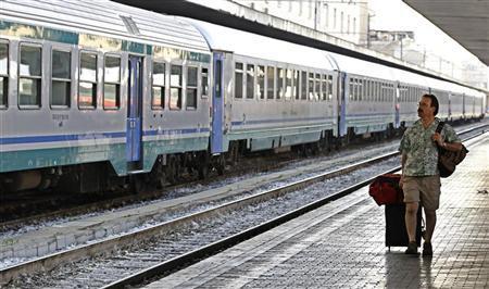 Um passageiro caminha ao lado dos trilhos na estação Termini, no centro de Roma, 09 de julho de 2010. REUTERS / Max Rossi