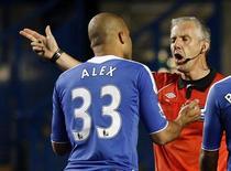 O jogador Alex, do Chelsea, é expulso pelo juiz Chris Foy durante uam partida pela Copa da Liga Inglesa contra o Fulham, em setembro de 2011.Ele será anunciado como o mais novo reforço do Paris St. Germain. Foto de arquivo  21/09/2011  REUTERS/Eddie Keogh