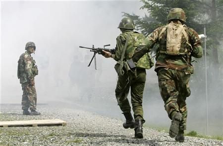 A Russian and U.S. soldier take part in a special artillery exercise at a training area in Grafenwoehr near the southern German town of Nuremberg June 2, 2005.  REUTERS/Michaela Rehle