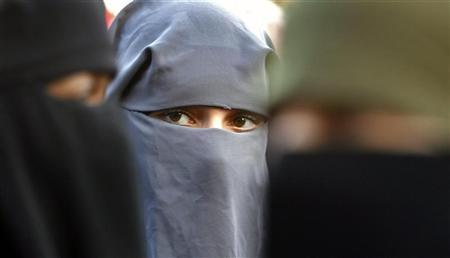 Protestors demonstrate against the ban on Muslim women wearing the burqa in public in The Hague, November 30, 2006. REUTERS/Toussaint Kluiters