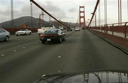 Vehicular traffic flows on the Golden Gate Bridge in San Francisco, California January 2, 2008. REUTERS/Robert Galbraith