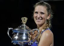 Victoria Azarenka, da Bielorrúsia, posa com seu troféu após derrotar a russa Maria Sharapova na final de tênis do Aberto da Austrália, em Melbourne. 28/01/2012 REUTERS/Mark Blinch